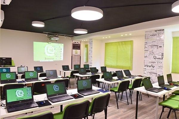 לימודי עריכת וידאו כיתת לימוד